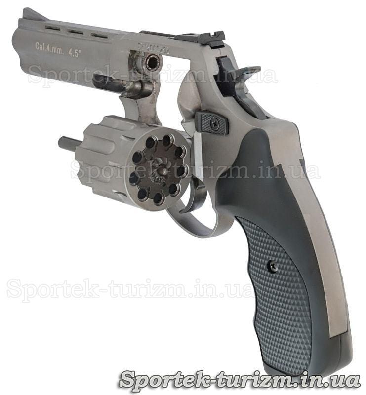 Вид слева на открытый барабан револьвера Сталкер под патрон флобера 4мм серебристый.