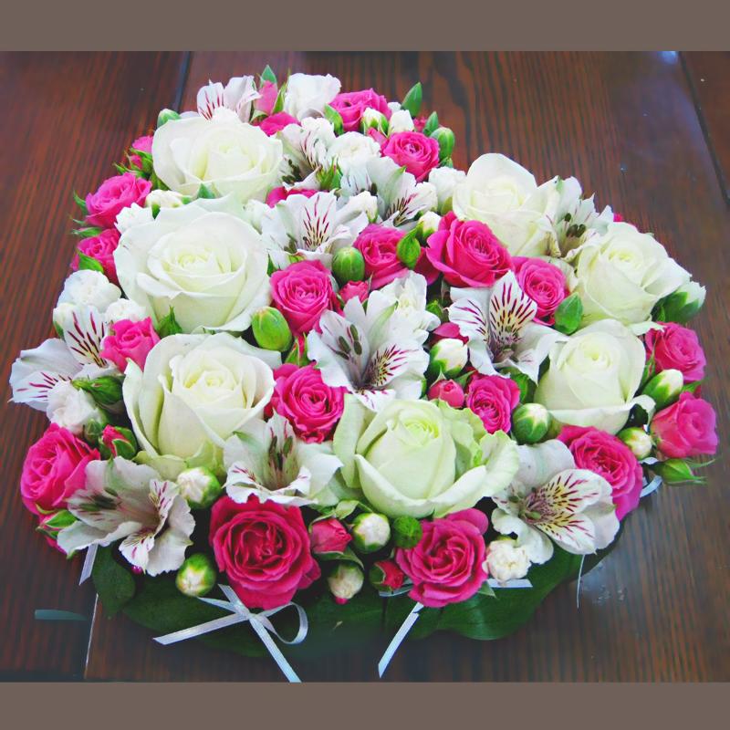 Цветочная композиция сердце с розами белый розовый