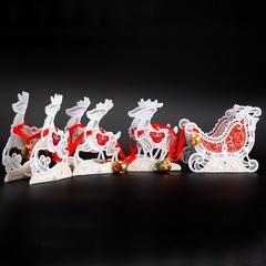 Упряжка оленей с санями в красном цвете
