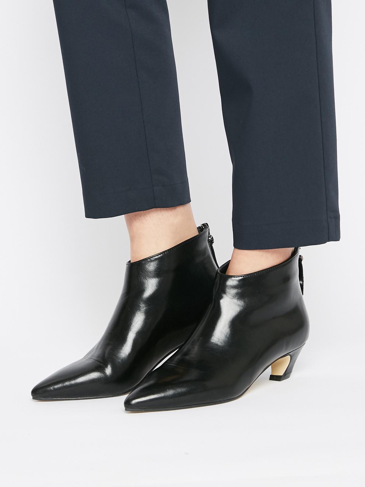 Ботинки на низком каблуке с острым носом