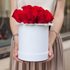 9 красных роз в шляпной коробке