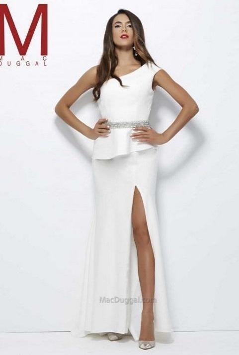Mac Duggal 923516 Белое платье в пол с разрезом подчеркивающее длину ног, пояс усыпан камнями
