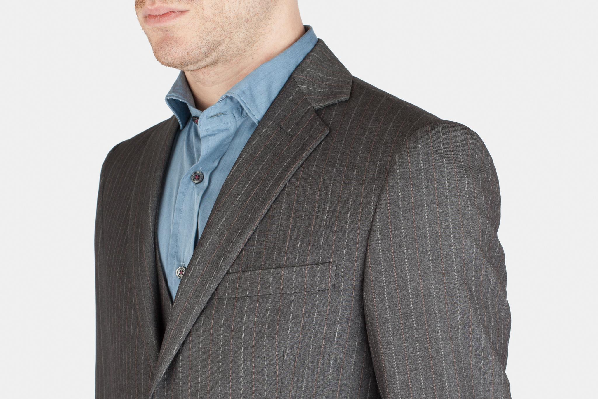 Серый шерстяной костюм-тройка, нагрудный карман