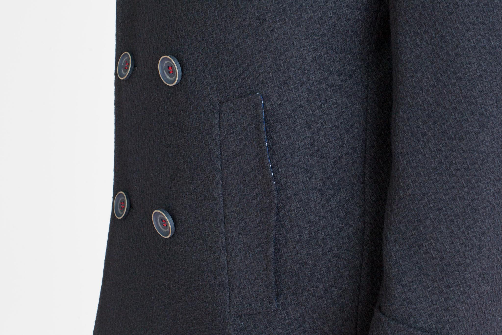 Двубортное тёмно-синее шерстяное пальто, накладной карман