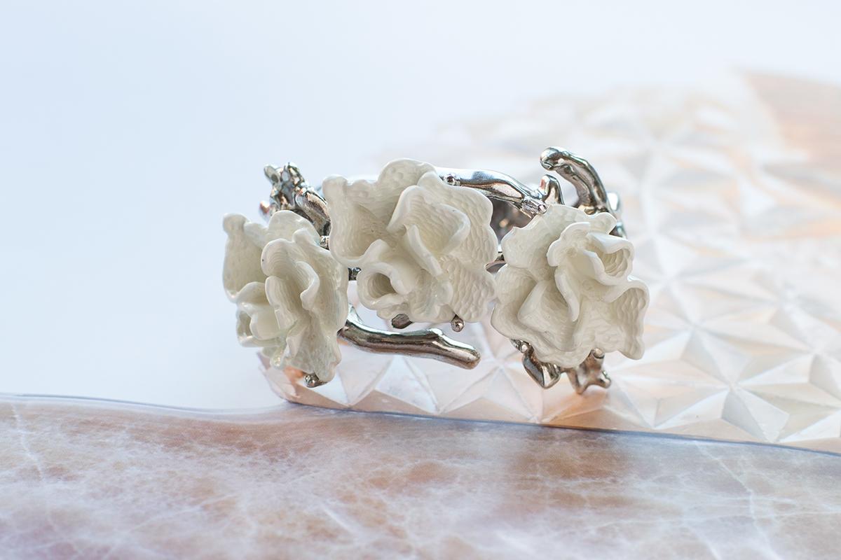 Браслет из керамики и металла от Oscar de la Renta.