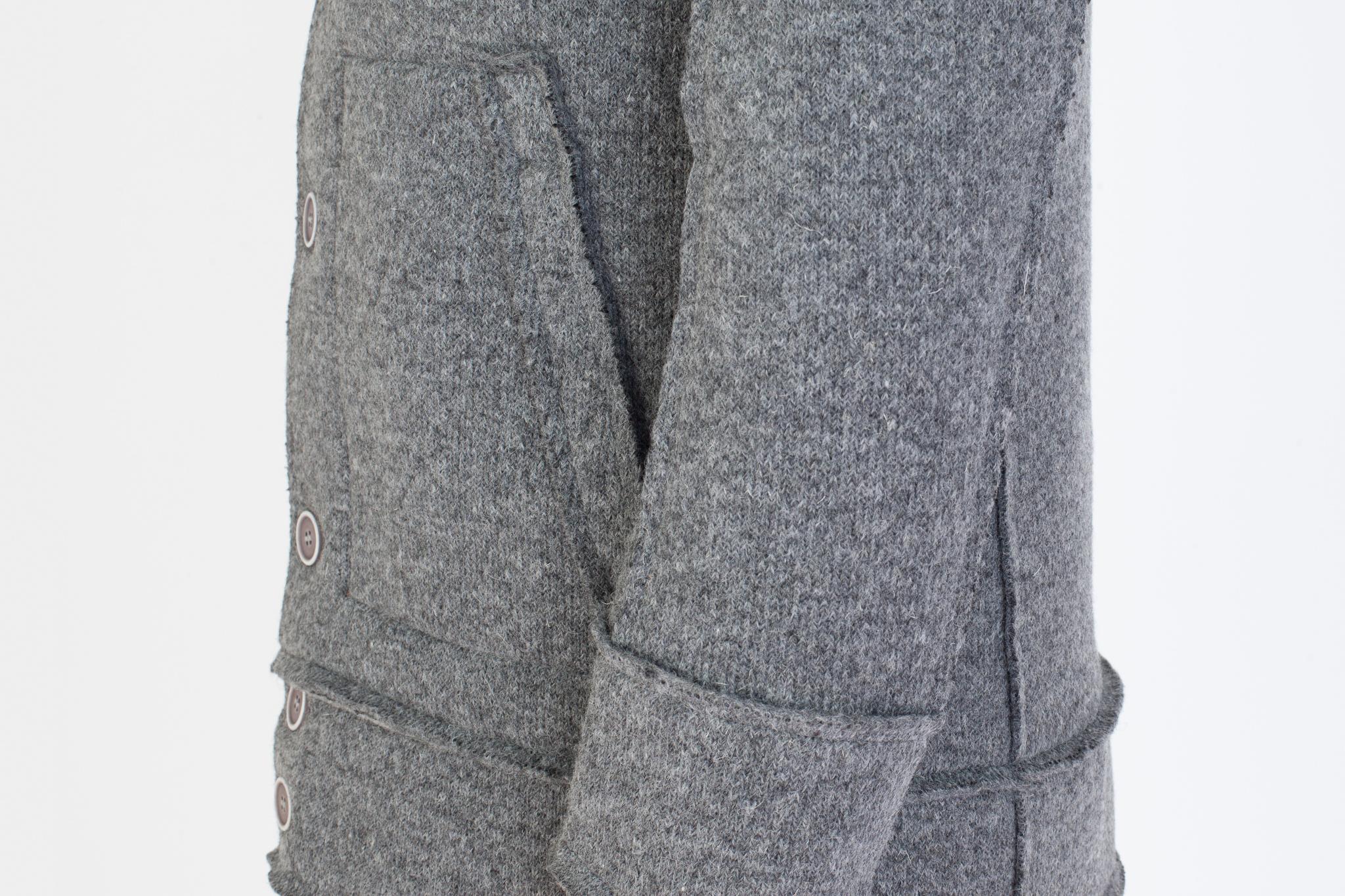 Серая трикотажная куртка с капюшоном, накладной карман