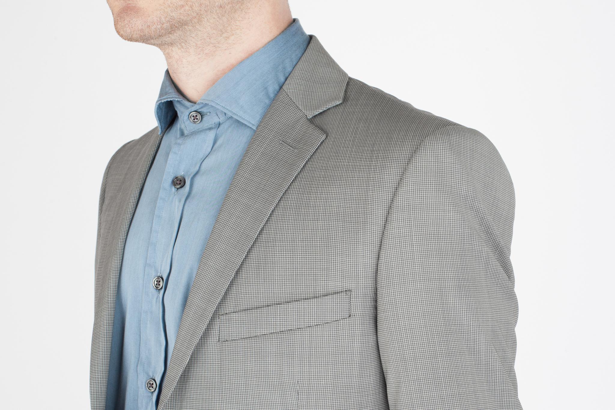 Светло-серый костюм в мелкую тёмно-серую крапинку из 100%-ной шерсти, нагрудный карман