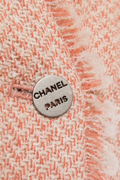Стильный укороченный жакет из твида персиково цвета от Chanel, 40 размер