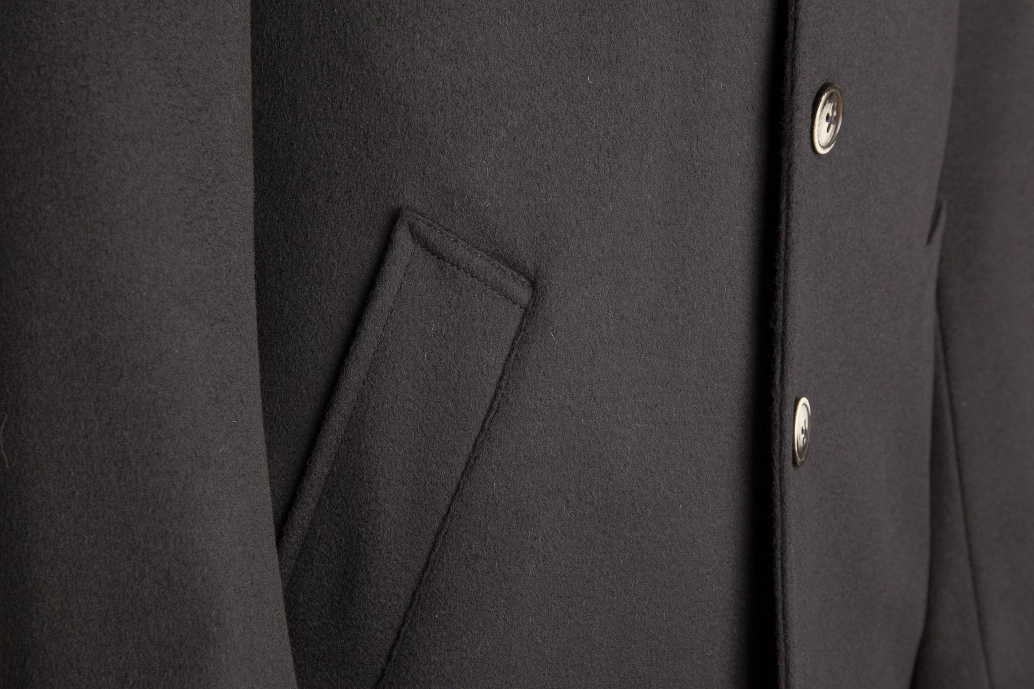 Классическое иссиня-чёрное пальто из натуральной шерсти с поясом, накладной карман