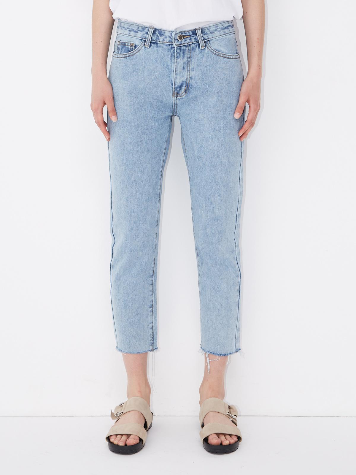 Укороченные джинсы с необработанными краями