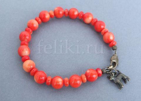 оранжевый браслет из коралла с подвеской в виде собачки_фото