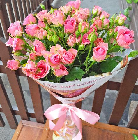 Букет нежно-розовых кустовых роз