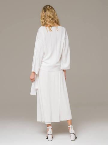 Женский свободный джемпер белого цвета - фото 2