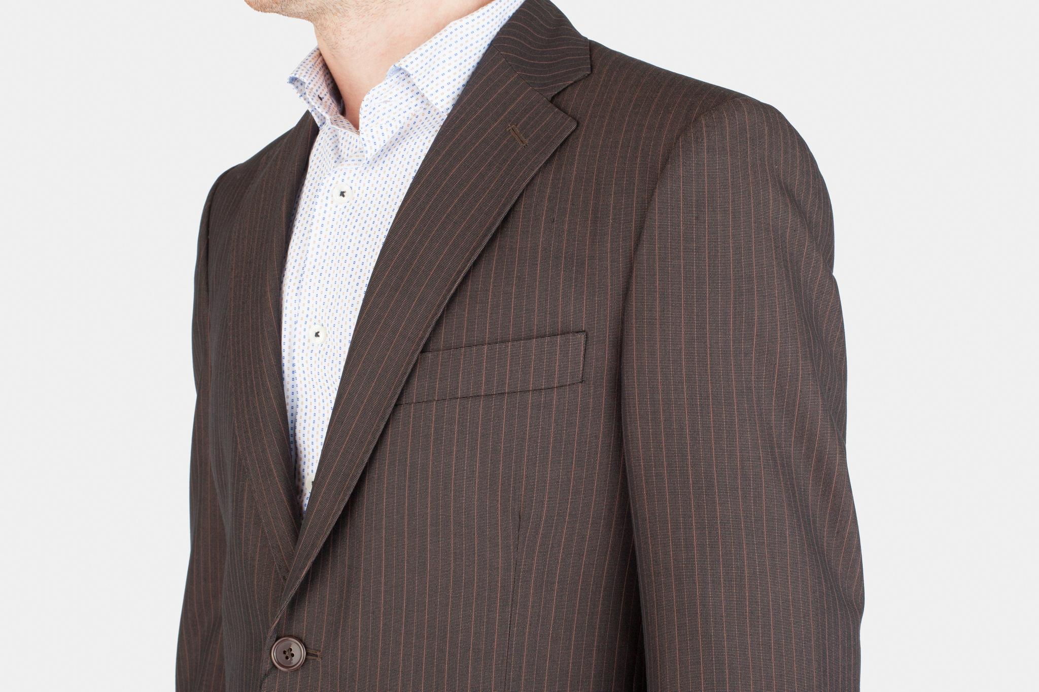 Коричневый костюм в тонкую полоску из 100%-ной шерсти, нагрудный карман