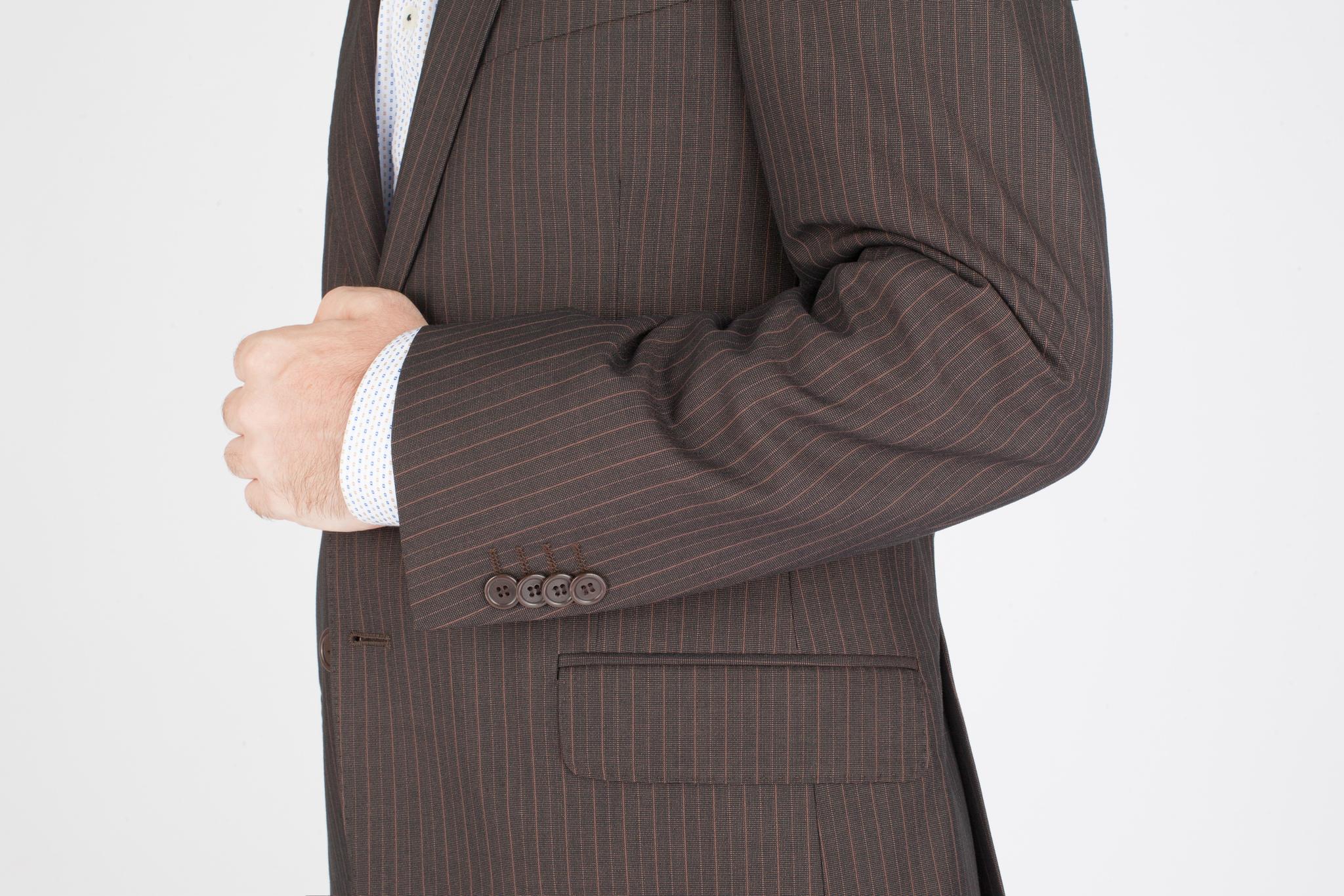 Коричневый костюм в тонкую полоску из 100%-ной шерсти, накладной карман