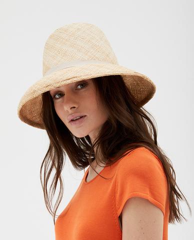 Соломенная шляпа с тонкой серой лентой