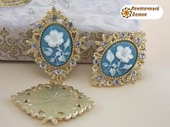 Камни овалы в золотом ромбовом обрамлении цветок на голубом