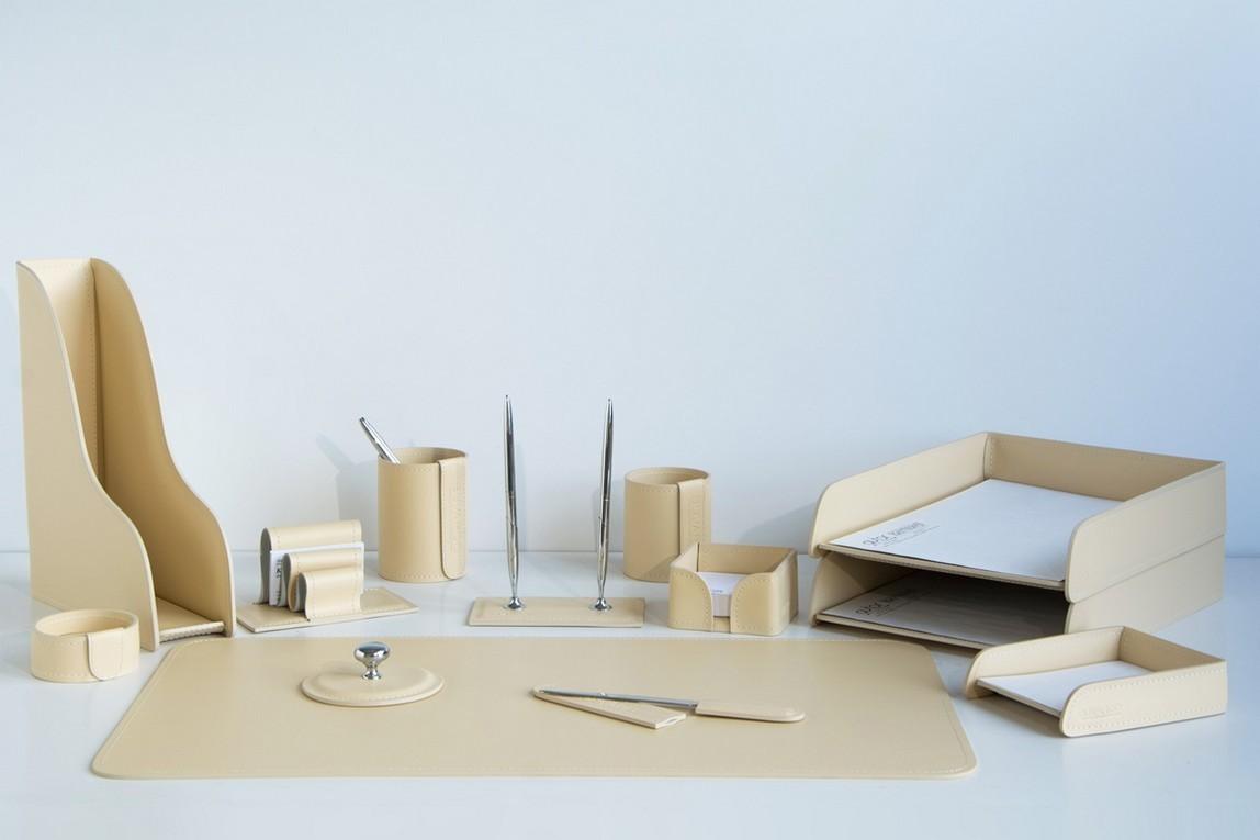 На фото набор на стол руководителя арт.1833-СТ-13  предметов цвет кожи слоновая кость.