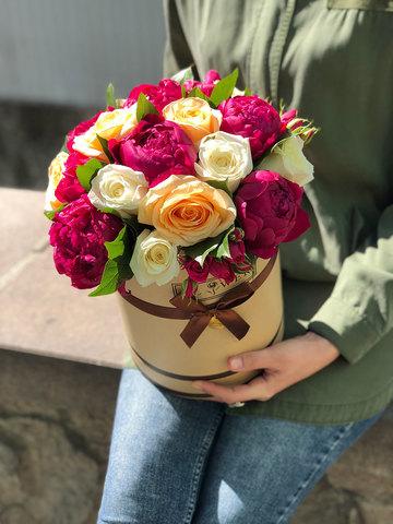 Розы и пионы в коробке