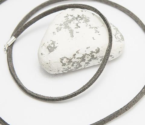 Шнурок на шею из натуральной замши серого цвета (55 см)