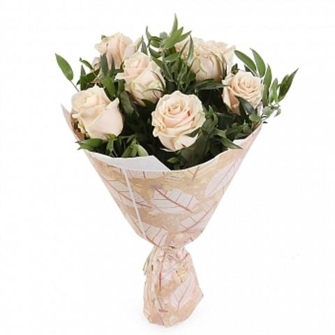 Букет из роз (7шт, 50см) в ассортименте с зеленью и упаковкой