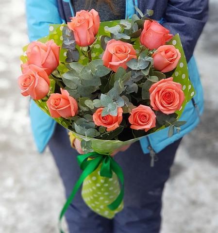 Букет из 11 роз с зеленью 2