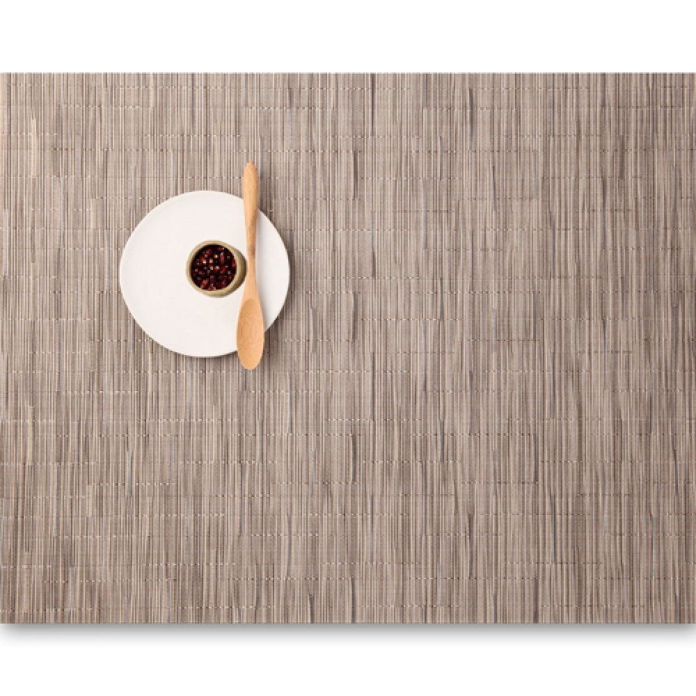 Салфетка подстановочная, жаккардовое плетение, винил, (36х48) Dune (100105-010) CHILEWICH Bamboo арт. 0025-BAMB-DUNEСервировка стола<br>Салфетки и подставки для посуды от американского дизайнера Сэнди Чилевич, выполнены из виниловых нитей — современного материала, позволяющего создавать оригинальные текстуры изделий без ущерба для их долговечности. Возможно, именно в этом кроется главный секрет популярности этих стильных салфеток.<br>Впрочем, это не мешает подставочным салфеткам Chilewich оставаться достаточно демократичными, для того чтобы занять своё место и на вашем столе. Вашему вниманию предлагается широкий выбор вариантов дизайна спокойных тонов, способного органично вписаться практически в любой интерьер.<br><br>длина (см):48материал:винилпредметов в наборе (штук):1страна:СШАширина (см):36.0<br>Официальный продавец CHILEWICH<br>
