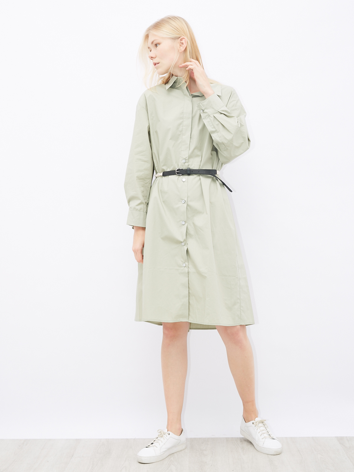 Платье со складками на спине и поясом