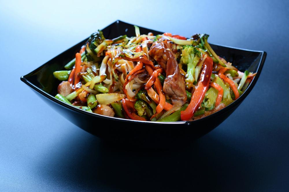 Говядина с овощами и соусом на выбор