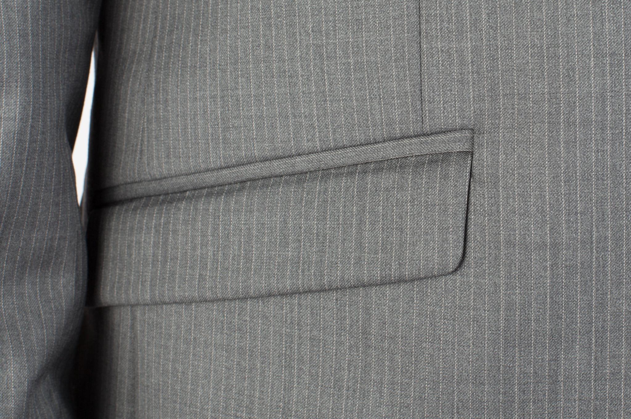 Светло-серый костюм в тонкую частую белую полоску из 100%-ной шерсти, накладной карман