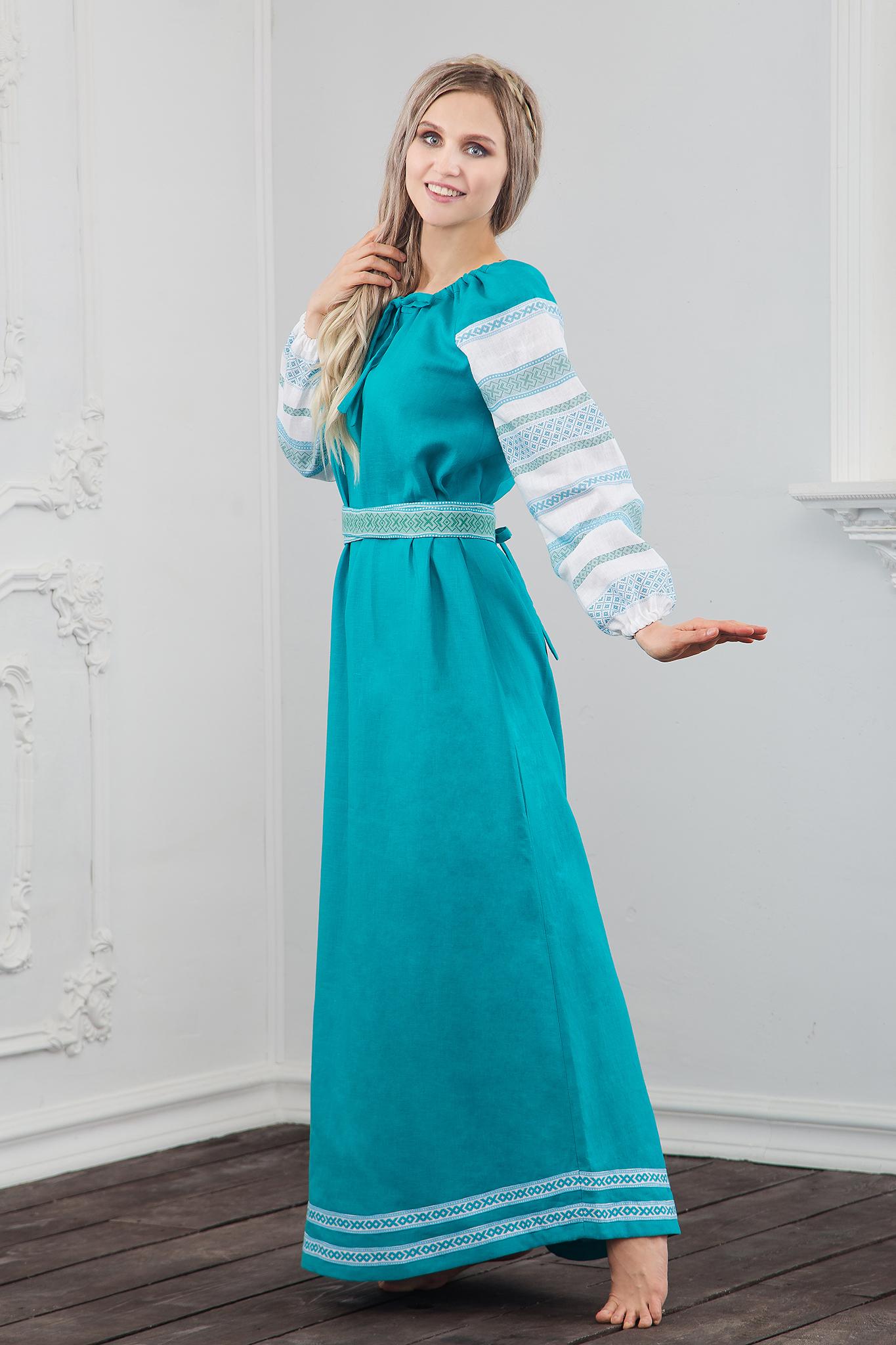 Традиционное славянское платье нежно лазурного цвета с обережным орнаментом