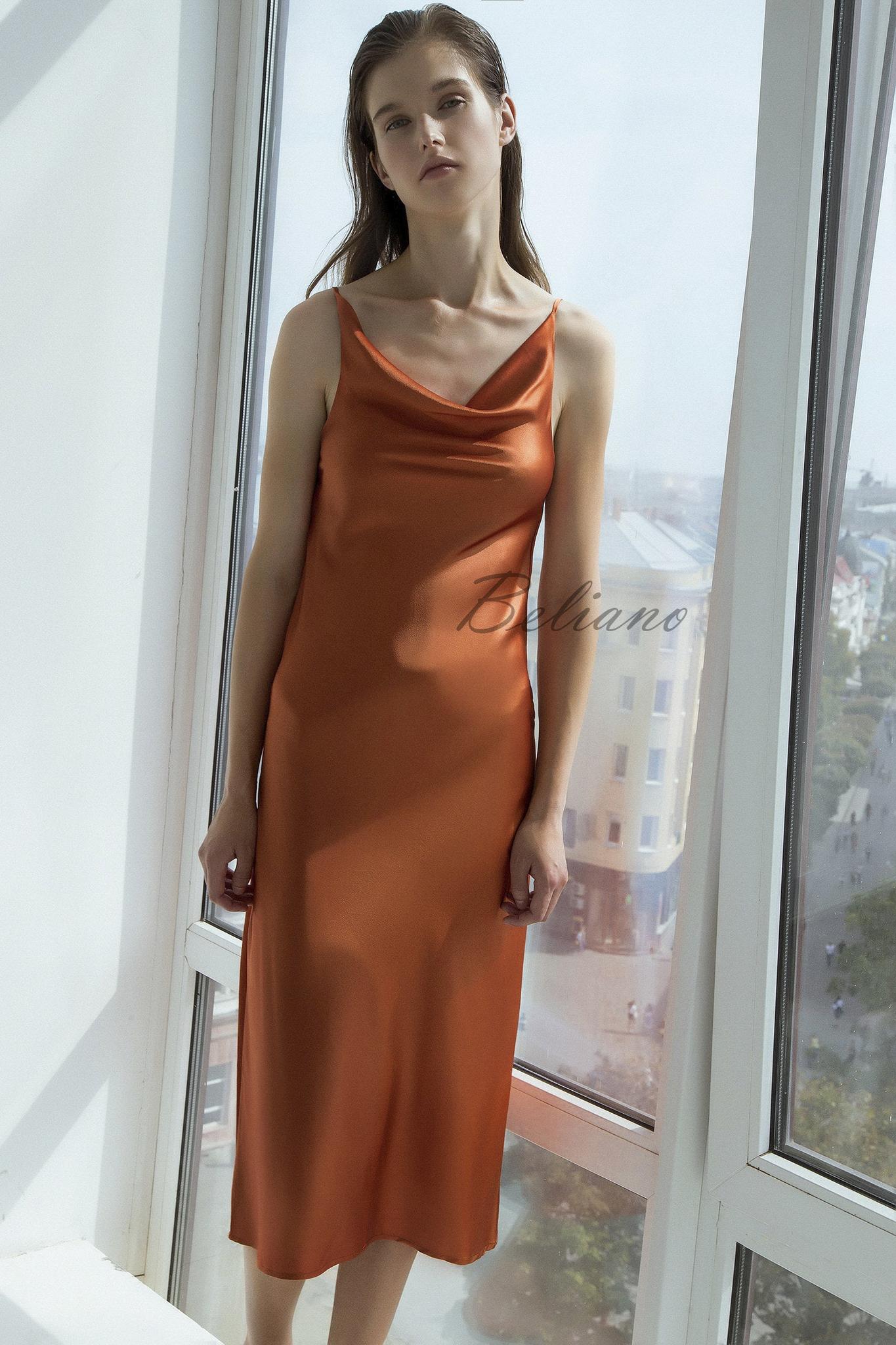 Шелковое платье с вырезом