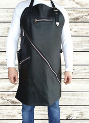 Мужской брутальный кожаный фартук чёрный ручной работы с нагрудным карманом и боковым, с регулирующимся ремнём и диагональной молнией Brewer Lab 17114 из импортной натуральной кожи