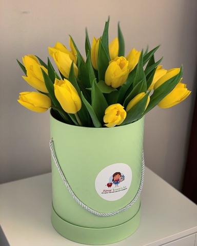 Авторская композиция из тюльпанов в зелёной коробке