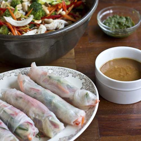 https://static-eu.insales.ru/images/products/1/3867/39022363/spring_rolls_peanut_sauce.jpg