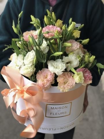 Белые и нежно розовые лизиантусы в белой подарочной коробке