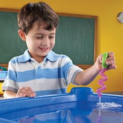 Дети играют в Набор инструментов Маленькие ручки. Вода и песок Learning Resources