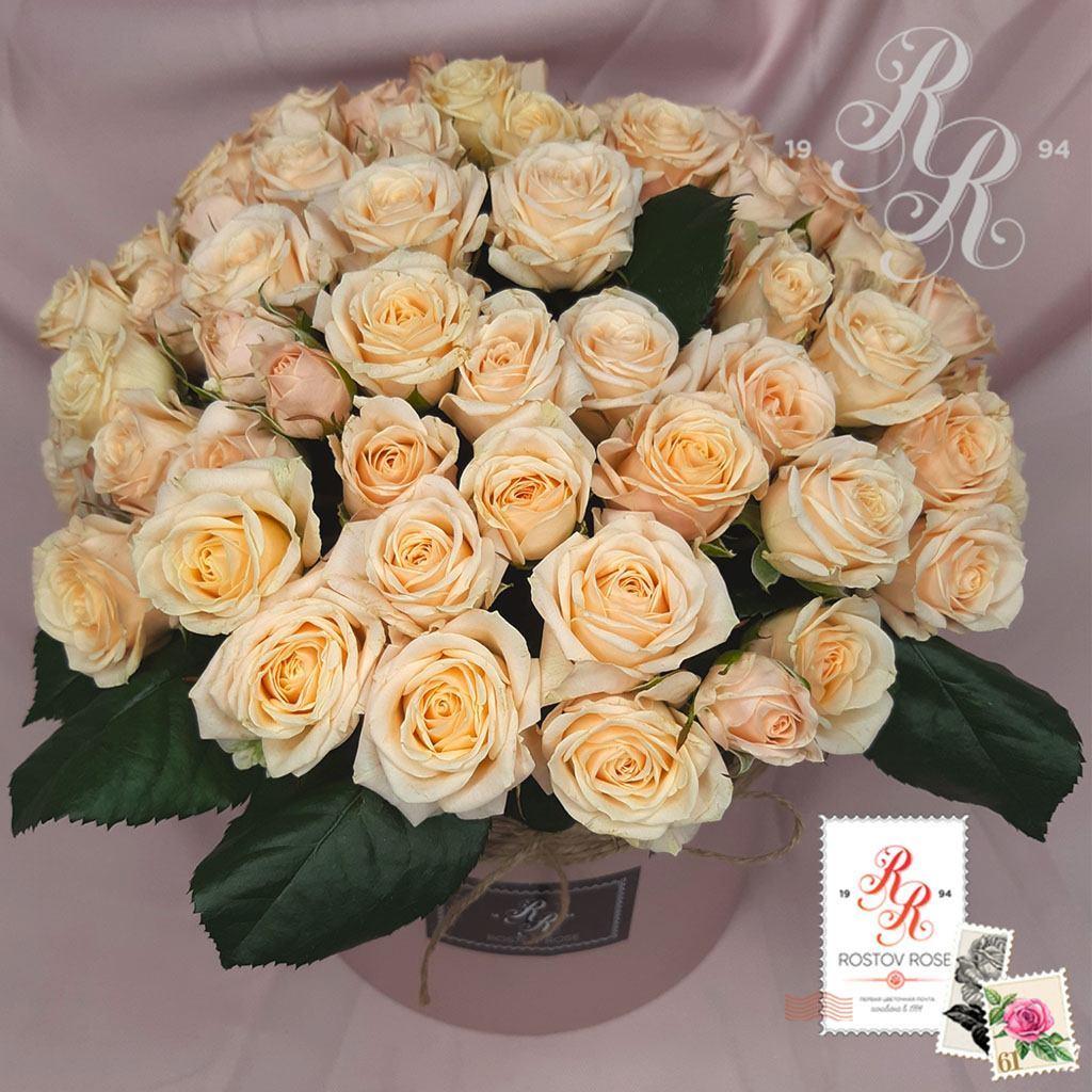 Бело-кремовая кустовая роза в коробке