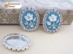 Камни овальные в стразовом обрамлении цветок на голубом