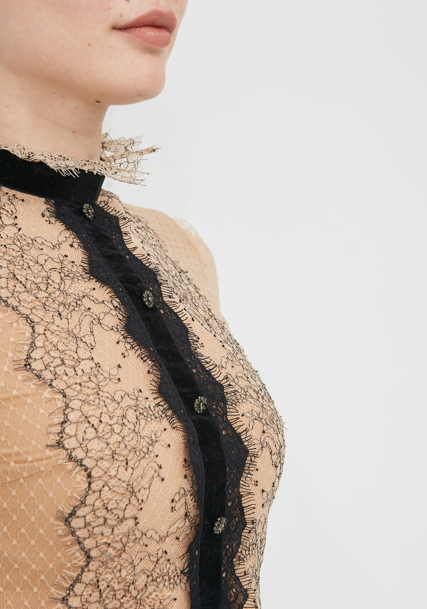 Блуза бежевая с черным кружевом