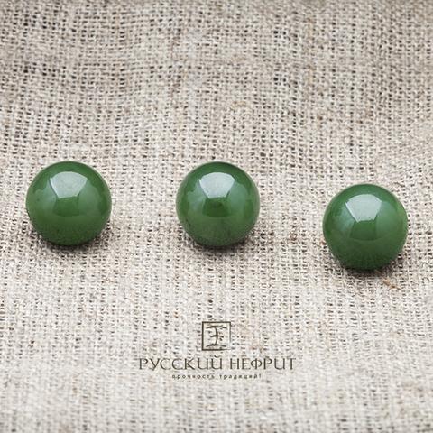 Зелёные бусины из натурального нефрита диаметром 12 мм.