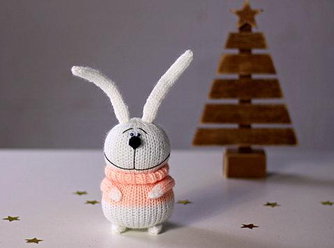Зайчик в'язаний білий в персиковому светрі
