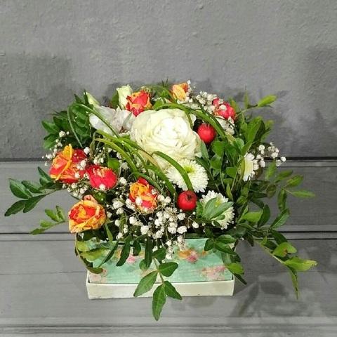 Розы с альстромерией и хризантемой в коробке