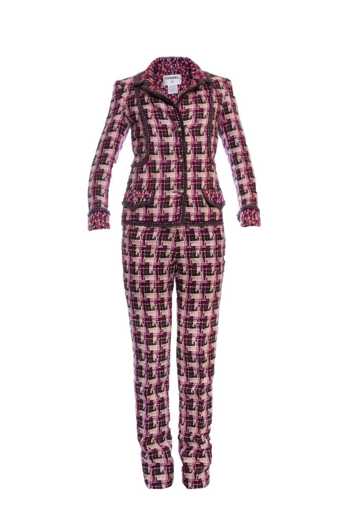 Стильный брючный костюм из твида от Chanel, 34 размер.