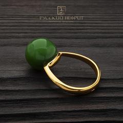 Позолоченное кольцо с зелёным нефритом. Perlus.