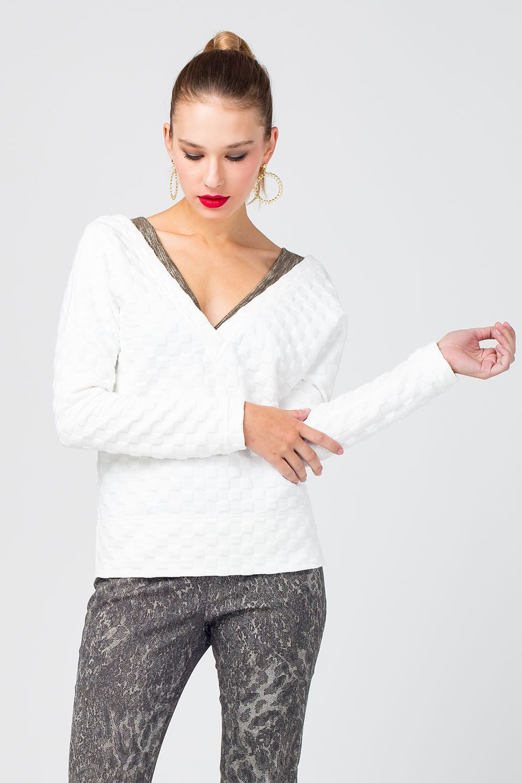 Жакет Д562-267 - Лаконичный белый жакет из фактурной ткани – базовая составляющая любого гардероба. Такая модель может выступать как самостоятельная часть образа, так и дополняющая – в комплекте с топами на тонких бретелях или блузами. Модель с секретом! Наденьте жакет наоборот (спинкой вперед) и вы получите стильный джемпер!