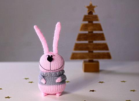 Зайчик вязаный розовый в сером свитере