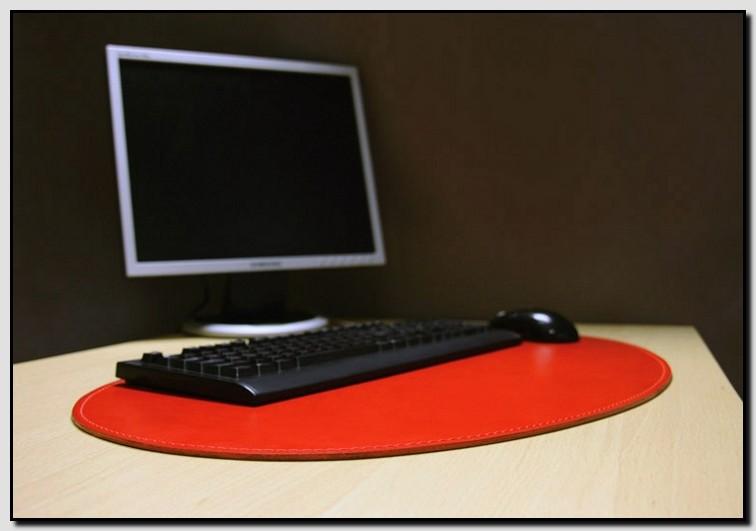 Овальный кожаный бювар красного цвета.