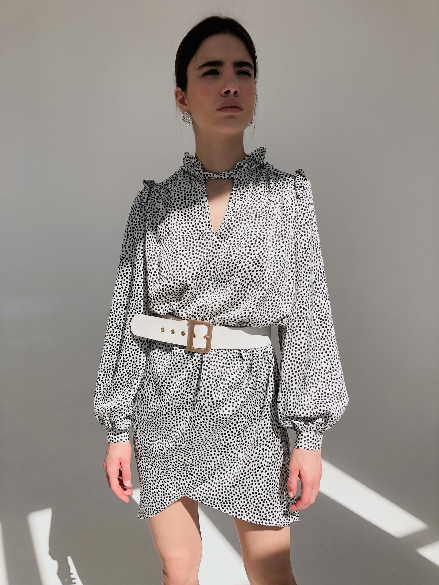 Платье мини с запахом на юбке (горох на белом)