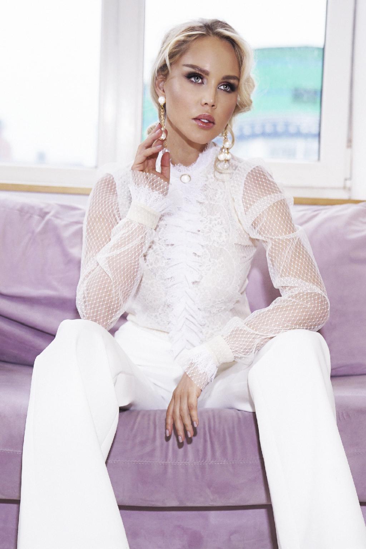 Блуза белая кружевная с жабо